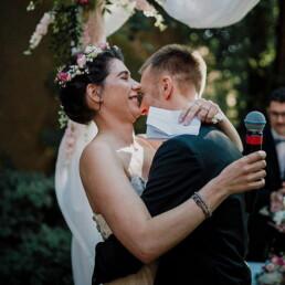 Hochzeitsfotografie_freie_Trauung_Brautpaar_vorm_Altar_nach_Ehegeluebde_mit_Mikro