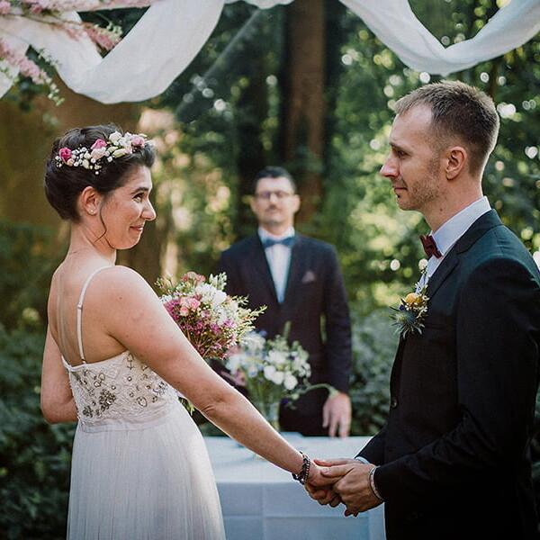 Hochzeitsfotografie_freie_Trauung_Brautpaar_vorm_Altar_schoen_romantisch