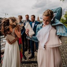 Hochzeitsfotografie_freie_Trauung_an_der_Spree_Gratulation_nach_der_Zeremonie_mit_Freundin