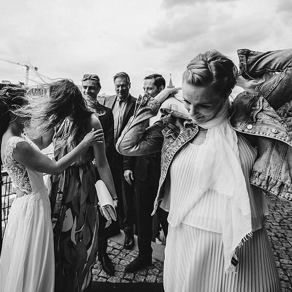 Hochzeitsfotografie_freie_Trauung_an_der_Spree_Gratulation_nach_der_Zeremonie_mit_Freundin_sw