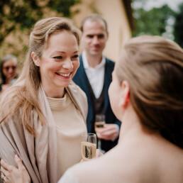 Hochzeitsfotografie_nach_der_Zeremonie_Braut_mit_Freundin