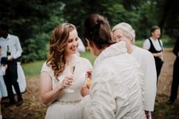 Hochzeitsfotografie_nach_der_Zeremonie_Braut_mit_Oma