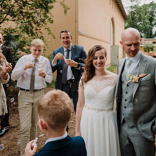 Hochzeitsfotografie_nach_der_Zeremonie_Brautpaar_Seifenblasen
