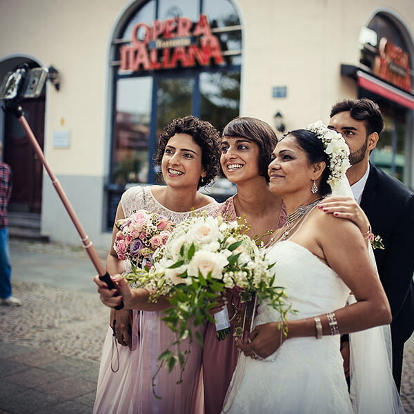 Hochzeitsfotografie_nach_der_Zeremonie_Selfiestick
