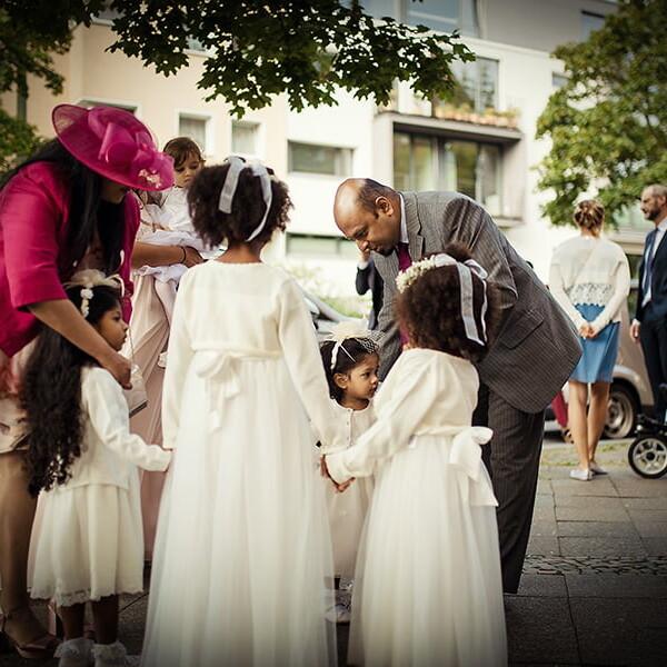 Hochzeitsfotografie_vor_der_Zeremonie_Kinder_Gr_multi-kulti