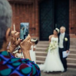 Hochzeitsfotografie_vor_der_Zeremonie_Oma_fotografiert