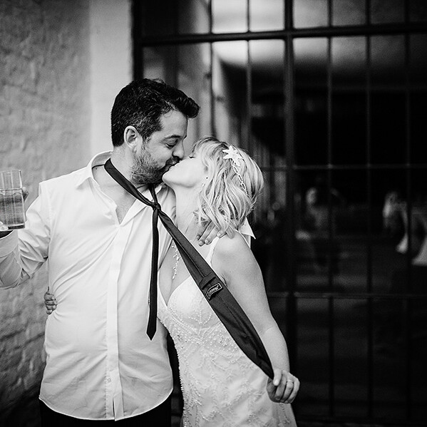 Wedding_photograhy_bride_groom_realxed_kissing_bw