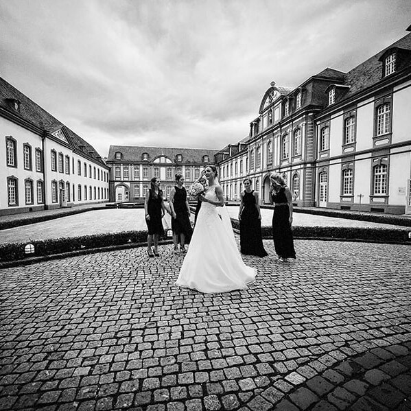 Wedding_photographer_before_the_ceremony_elegant_bride_bridesmaids_bw