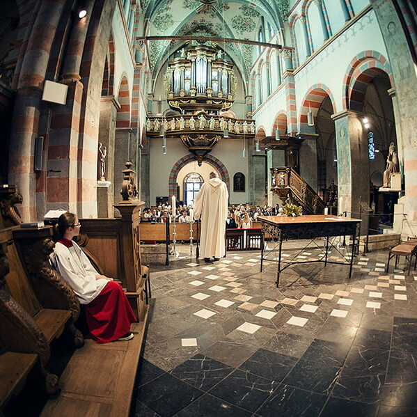 Wedding_photographer_ceremony_church_priest