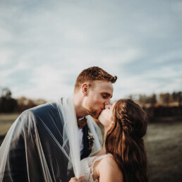Wedding_photographer_photosession_bride_and_groom_kiss_with_bridal_veil