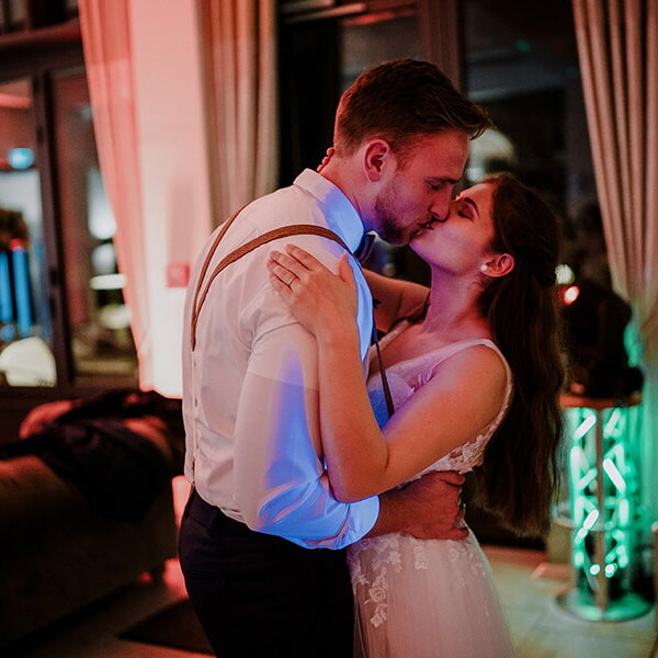 Wedding_photographer_reception_bride_and_groom_kissing_and_hugging