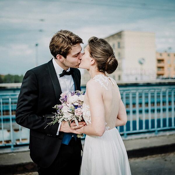 Wedding_photographer_reception_bride_and_groom_kissing_on_a_bridge