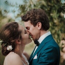 Wedding_photographer_reception_married_couple_kissing