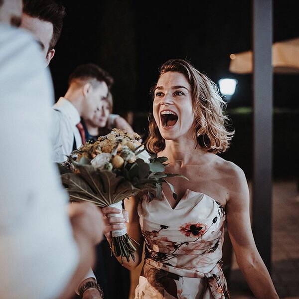 Wedding_photographer_reception_party_guest_got_bridal_bouquet