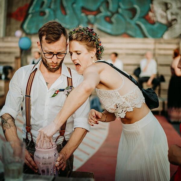 Wedding_photographer_reception_party_married_couple_cutting_wedding_cake