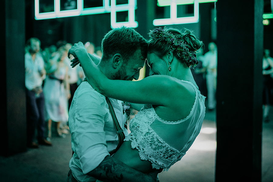Wedding_photographer_reception_party_married_couple_guests_having_fun