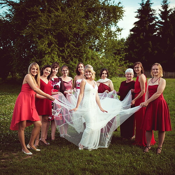Wedding_photographer_reception_photosession_female_guests_with_bride