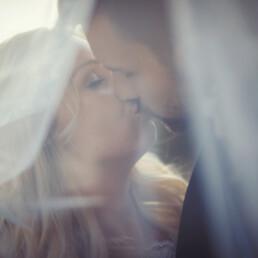 Wedding_photopgraphy_kiss_behind_bridal_veil