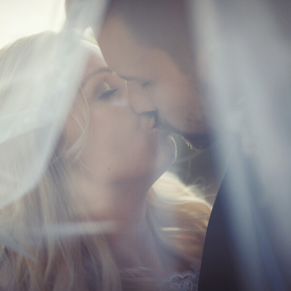 Wedding_photopgraphy_kiss_behind_bridal_veil
