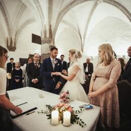 hochzeit_bayern_paar_ringe_emanuele_pagni_fotograf_zeremonie_seeon