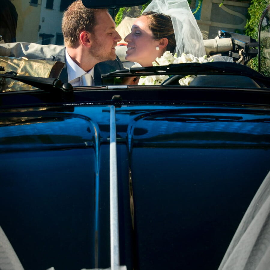 just_married_couple_kiss_hughs__car_wedding_dress_bride_groom_berlin_germany_prenzlauer_berg_friedricshain_treptow