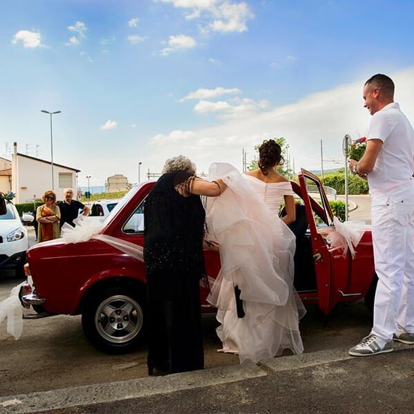 sposa_auto_epoca_rossa_autista_amici_famiglia_direzione_matrimonio_italia_mediterraneo_emanuele_pagni_wedding_photographer_fotografo_matrimonio