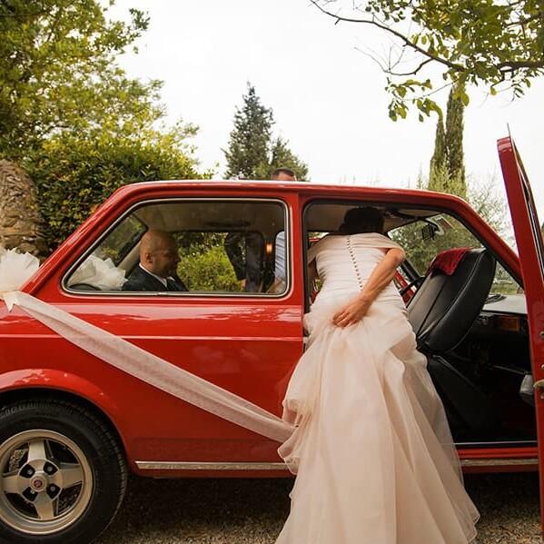 sposa_auto_epoca_uscita_chiesa_vestito_sposa_coppia_emanuele_pagni_wedding_day_photographer_neu