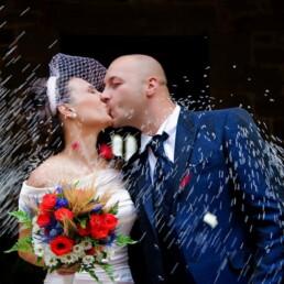 sposi_bacio_fiori_marito_moglie_coppia_riso_abbraccio_emanuele_pagni_fotografo_wedding_photographer_italia