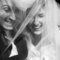 wedding_day_bolougne_bw_kiss_church_veil_couple